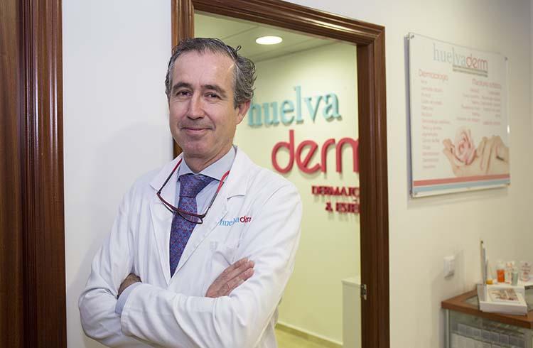 Doctor dermatólogo en Huelva, Francisco de la Peña García, y una vista de la consulta.